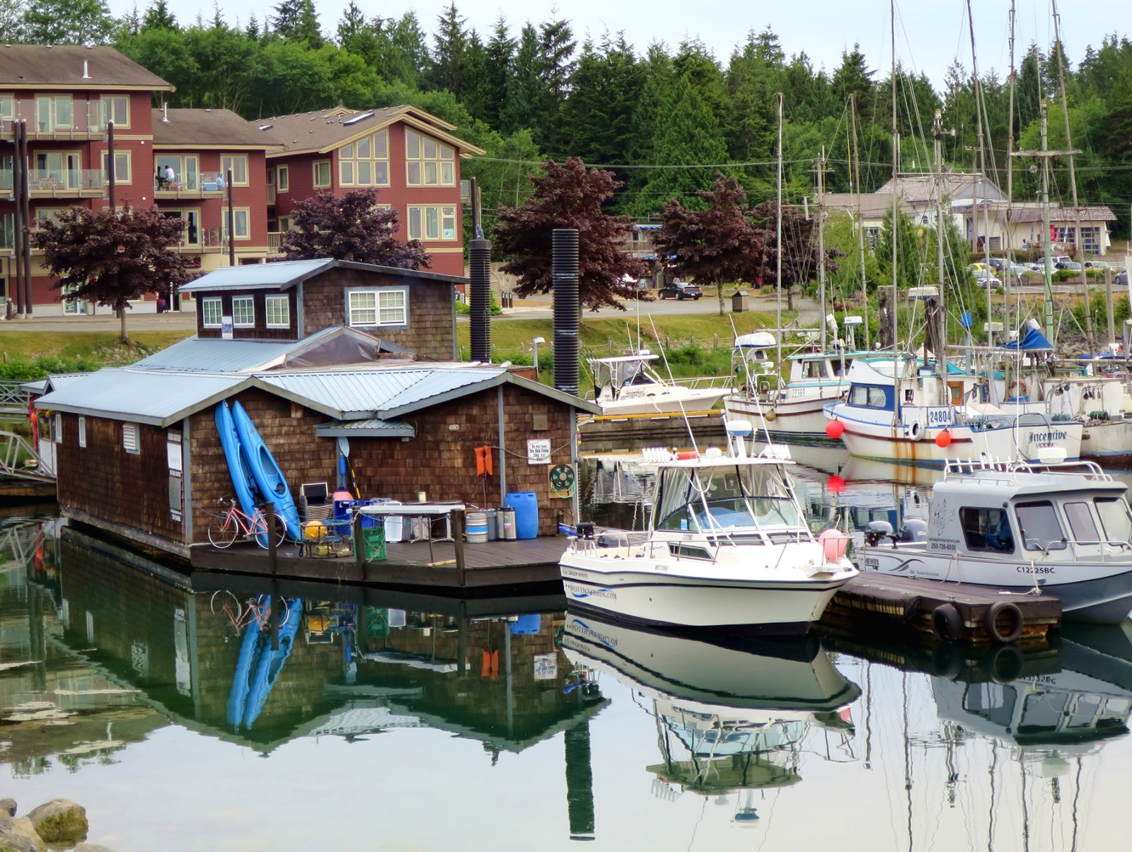 At the marina gangway, Floathouse Patio & Grill offers casual dining and a comfortable bar for swapping stories with friendly locals and fellow boaters. PHOTO/Peter Gardner