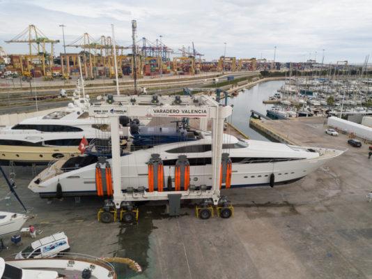Spanish yard adds 300-ton mobile boat hoist
