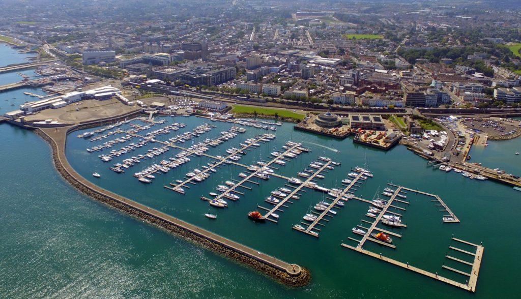 L'accueil chaleureux irlandais commence à la marina de Dun Laoghaire de Dublin